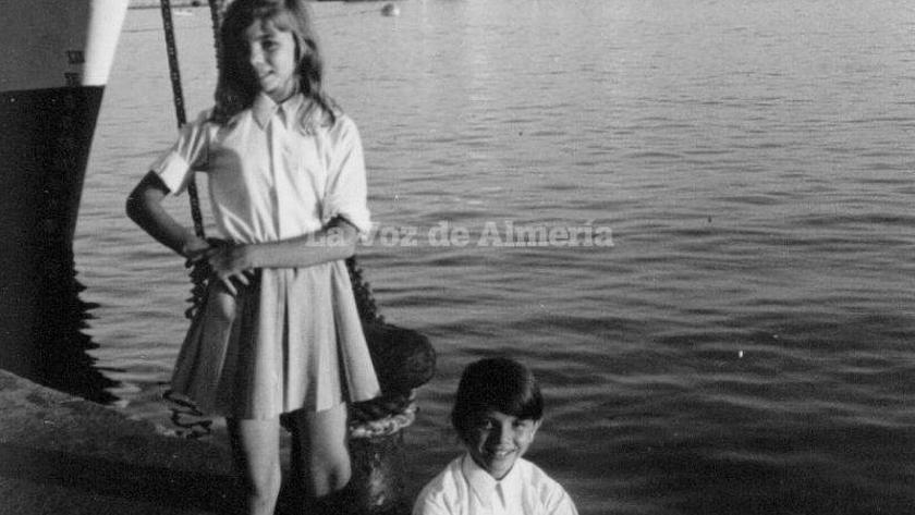 Victoria Abril de niña, en el Puerto de Almería.
