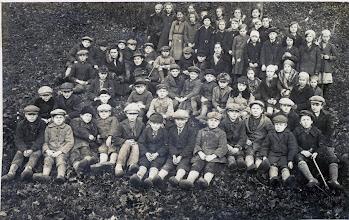 Photo: Pakutuvėnų mokiniai ~1939 metus. 4-toje eilėje viduryje mergaitė su skarele ant kaklo, be galvos apdangalo - Ona Salytė Juozo Šakinio archyvo nuotrauka