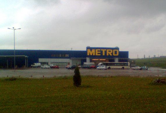 Autobuz TPL Suceava în parcare la Metro