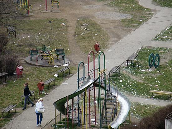 Loc de joacă pe bulevardul George Enescu, în zona Catedralei, lângă blocul Bebeluşul