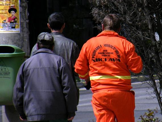 La Primăria Suceava şi salopetele băieţilor de la Direcţia Domeniului Public sunt portocalii