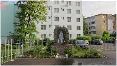 """Photo: Turda - Calea Victoriei, Nr.3A - Biserica Greco-Catolică  """"Sfinții Apostoli Petru si Pavel"""" - imagine din curte - 2018.05.09"""