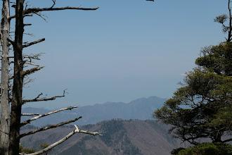 左奥に薄っすらと木曽御嶽山