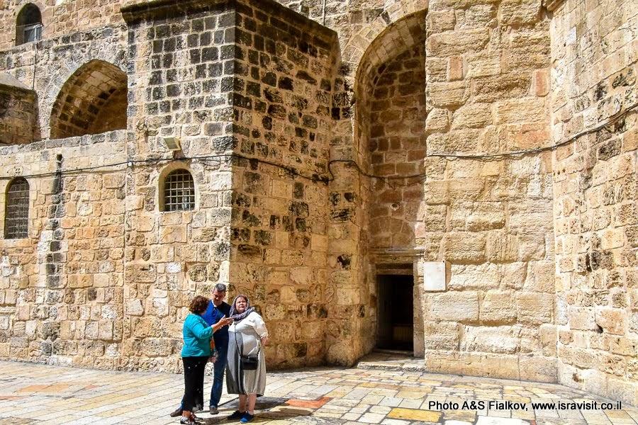 Храм Гроба Господня. Во дворе перед входом. Экскурсия в старом Городе Иерусалима с гидом Светланой Фиалковой.