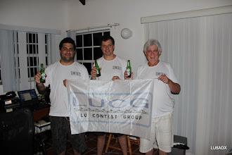 Photo: LU1FAM - LU8ADX - LU2FA con la bandera de LUCG