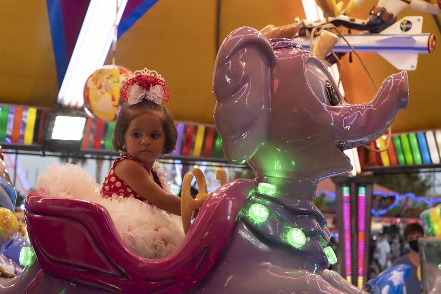Laura, de 2 años, se subió en un montón de 'cacharricos' y disfrutó de una feria muy diferente