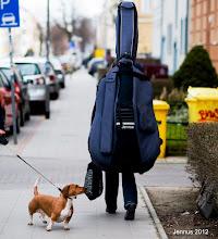 Photo: Kontrabass und kleiner Hund Das Instrument hat eine Größe von ca. 1,80 Meter und wiegt ohne Koffer 10 kg.