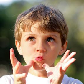 Dominando o mundo! by Felipe Mairowski - Babies & Children Children Candids ( child, park, criança, tarde ensolarada, green background, menino, boy, parque, kid )