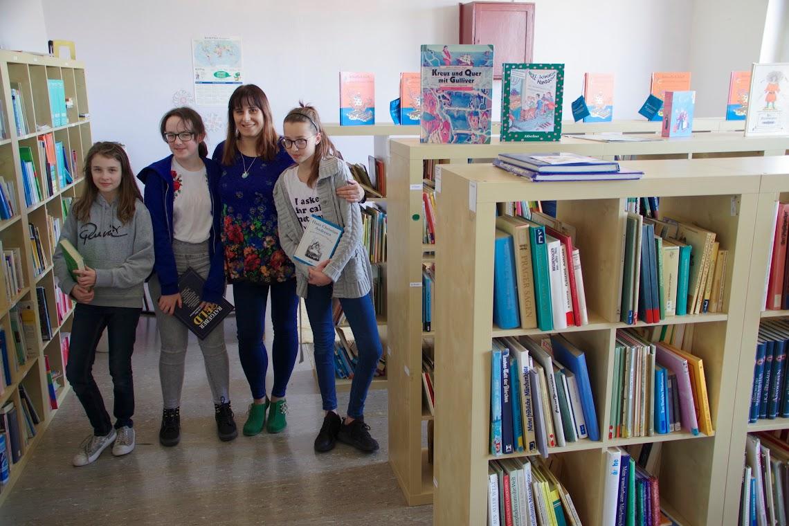 Auch eine Schulbibliothek gibt es. - V.l.: Daria (11), Martyna (11), Lehrerin Izabella Pikula (45) und Maja (10) verbringen dort gerne ihre Zeit an den Nachmittagen. Foto: Andreas Schwarze (asc)