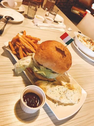 漢堡肉超嫩 綠咖喱燉飯也超好吃的 老闆娘人超好  大推👍👍👍