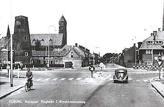 Photo: 1962 - Broekhovenseweg met kruispunt Ringbaan Zuid. Links de molen van de meelfabriek Schraven-Eijsbouts en de kerk van de H. Familie (Broekhoven II), rechts het klooster van de oblaten van de H. Franciscus van Sales, voorheen het klooster van de zusters van Moerdijk