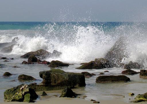 Espuma de las olas estallando en las rocas (Los Caracas, Caracas, Venezuela)