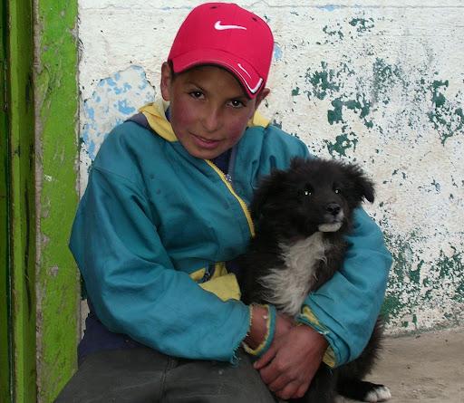 Niño abrazando su perro carretera trasandina de Chachopo a Apartaderos estado Mérida Venezuela