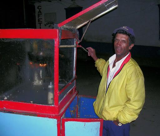Vendedor de cotufas en la noche de la plaza de Mucuchíes estado Mérida Venezuela