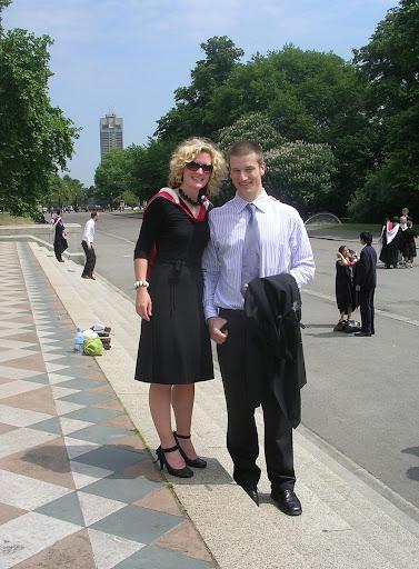 Hombre y mujer despúes de su graduación London England United Kingdom Londres Inglaterra