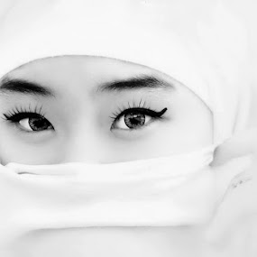 Look at me by Yulianto Efendy - People Portraits of Women