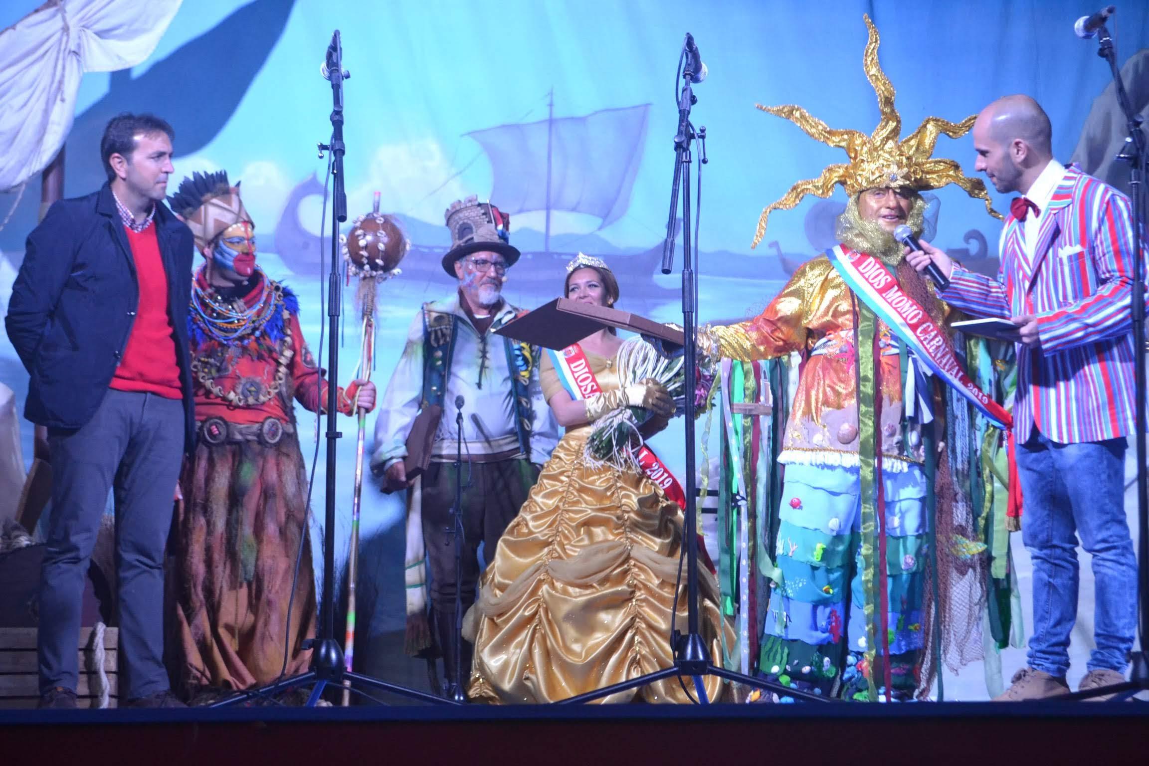 El pregón del comparsista tarifeño y la presentación de la Diosa y Dios Momo marcaron ayer la inauguración de la fiesta que toma ya la calle