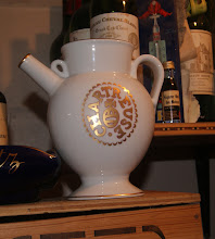 """Photo: Peu commun, une """"reproduction en porcelaine de Limoges d'une des cruches utilisées au XVII° siècle à la pharmacie du Monastère de la Grande-Chartreuse. Elle contient 70 cl de Chartreuse V.E.P. Verte 54° ou de Chartreuse V.E.P. Jaune 42°. Elle est présentée dans une caissette en bois."""" (merci à Thierry)"""