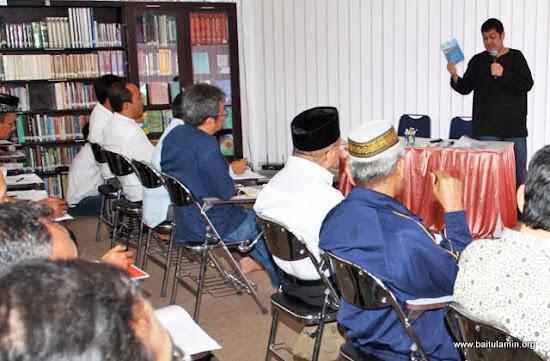 Ketua BKS DKI Jakarta & Banten, H. Ahmad Qadri Ramadhany (kanan atas), menyajikan sebuah presentasi di hadapan para peserta Rapat Kerja & Konsolidasi BKS Jakarta & Banten (16/03/2010) di Surau Baitul Amin, Depok.
