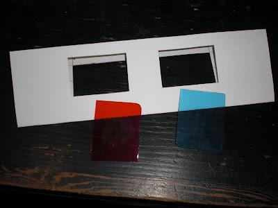 普通は1枚の厚紙で作るようですが、厚紙でレンズ部分を挟むようにしました。
