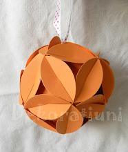 Photo: Glob origami carton de culoare orange deschis cu floricele, piese standardizate, agăţătoare din panglica albă cu buline roşii Dimensiuni 9,5 cm x 9,5 cm realizat de Maia Martin Se poate folosi la decorarea casei de sărbători, la decorarea bradului de Crăciun, ca mărturii nuntă, mărturii botez Preţ: 8 lei