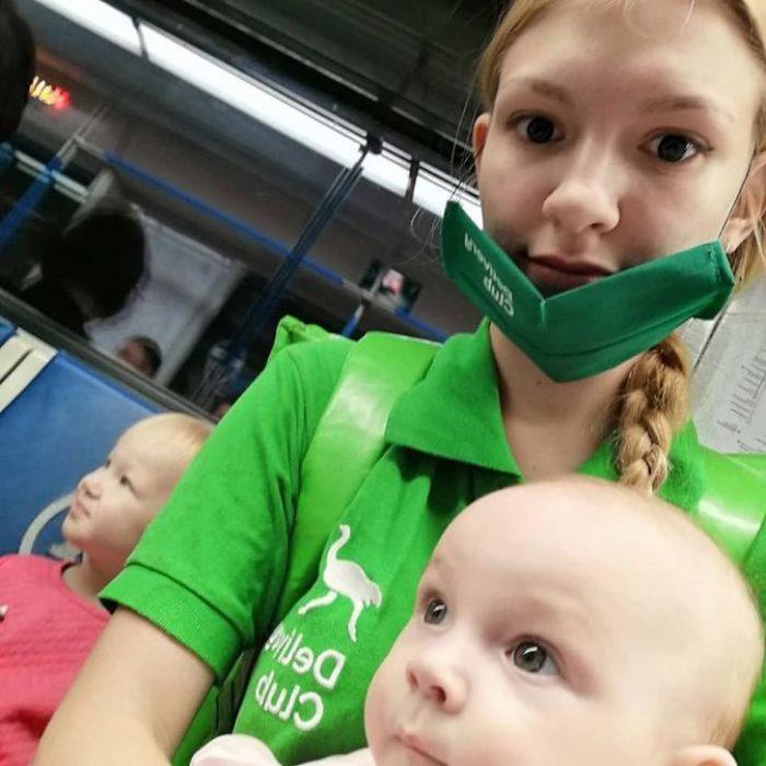 Lada Koroleva repartidora de comida con su bebé