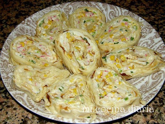 Rollo de pan armenio Lavash, palitos de surimi y queso (Рулет из лаваша, крабовых палочек и сыра)