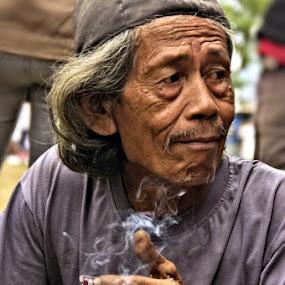 kakine, udud bae... by Abdul Firdausy - People Portraits of Men