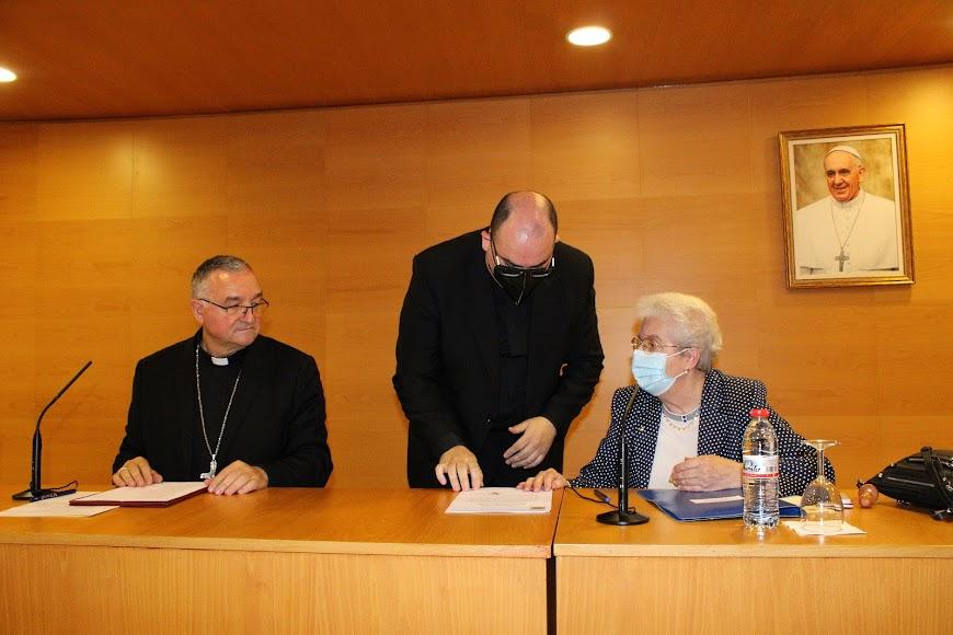 El obispo coadjutor, el canciller entrante y la canciller saliente.
