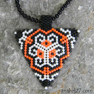Купить необычные украшения из бисера. Подарок девушке. Подарок женщине. Геометрический кулон - треугольник.