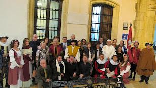 Personajes de la época del seísmo que protagonizaron la visita teatralizada, junto a las autoridades.