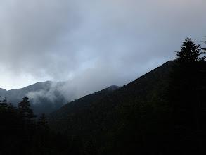朝は雲が多く