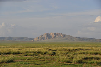 Photo: Zorgol Khairkhan - Un autre massif sacré domine cette plaine. C'est un paysage familier pour nos hôtes. Ils changent d'emplacement 4 fois par an, mais d'une dizaine de kilomètres tout au plus (il s'agit de renouveler l'espace de pâture). Quant au lieu, c'e