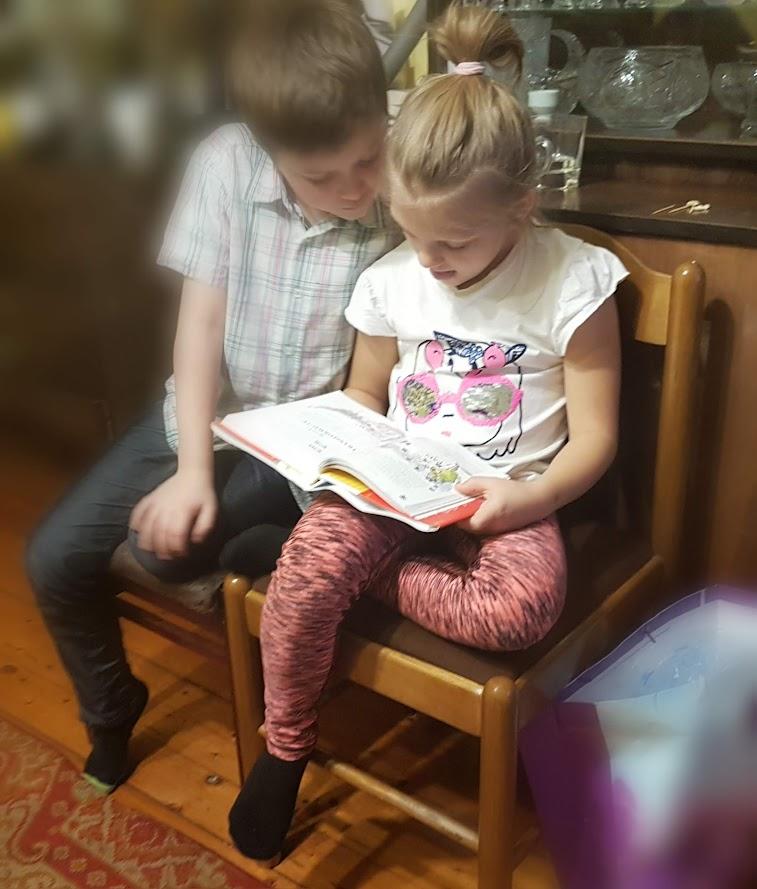 Piotr i Zuza przy lekturze