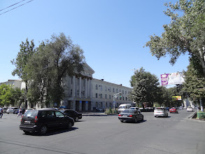 Photo: Biškek je jakožto hlavní město Kyrgyzstánu umístěn jen kousek od severního okraje pohoří Ťan-šan. Z města je tedy možné zahlédnout zasněžené kopce dosahující výšky až 4 855 m. Na fotce nejdůležitější tepna města - ulice Chui - jež je pojmenovaná podle řeky, která tu protéká.