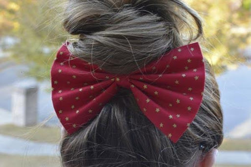 年轻的女孩头发弓