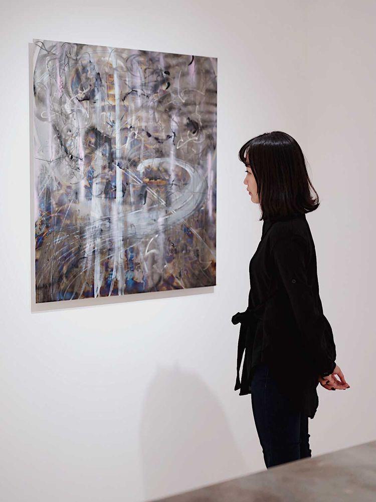 一張含有 牆, 個人, 美術館, 房間 的圖片 自動產生的描述