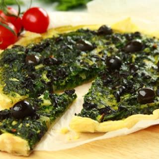 Quiche mit schwarzen Oliven und Spinat