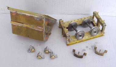 Photo: Les différents éléments sont complétés par des cornières sur la caisse et des rivets sur le chassis. Il suffit de s'inspirer avec les véritables wagonnets.