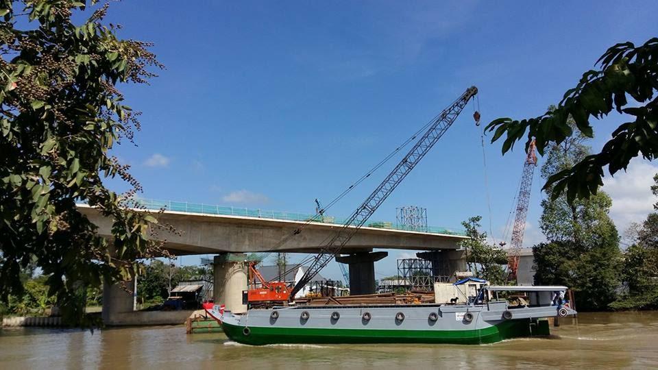 Cầu Vàm Cống đang được xây dựng