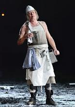 Photo: WIEN/ BURGTHEATER: MUTTER COURAGE UND IHRE KINDER von Berthold Brecht. Inszenierung David Boesch. Premiere 8.11.2013,  Tilo Nest. Foto: Barbara Zeininger.