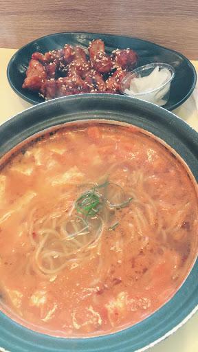 不便宜的韓式泡麵,料ㄧ些,只有炸雞還可
