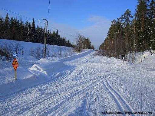 Дорожные знаки для мотосаней стоят на пересечении с лыжней и отличаются от дорожных знаков для лыжников