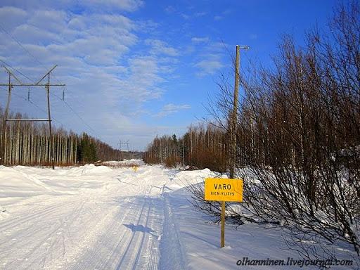 Самый главный для лыжника дорожный знак - остророжно, пересечение с дорогой