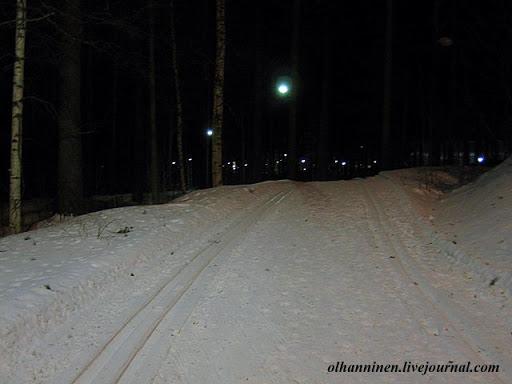 Ночью многие фонари вдоль лыжни в Финляндии включены