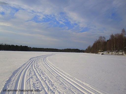 Проложенная трактором лыжня по финскому озеру Уннукка в Варкаусе