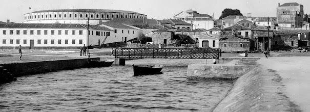 Photo: Ponte de ferro sobre o río Ghafos nas Corbaceiras. Ó fondo a Praza de Touros.