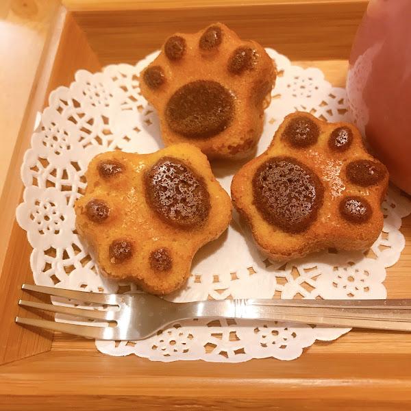 超值套餐 貓貓套餐(熱可可)+烤布蕾 $180 烤布蕾我覺得應該要加熱而不是直接冷冰冰的在上面烤個糖就給客人了 上面那層焦糖還可以直接一片拿起來我覺得有點誇張 貓爪蛋糕 我覺得有點乾 味道一般般 熱可