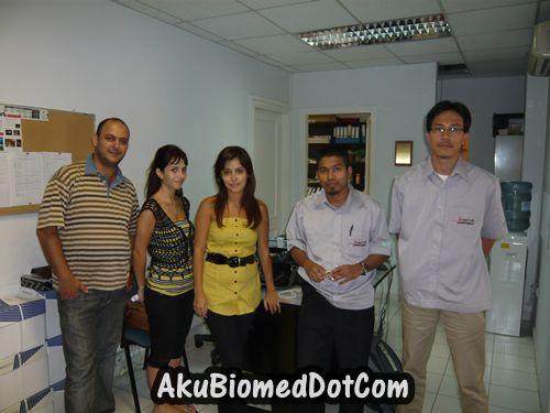 Bergambar dengan kakitangan syarikat di Beirut.jpg