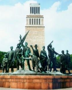 Figurengruppe: Buchenwalddenkmal von Fritz Cremer.